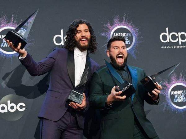DAN + SHAY TALLY TWO WINS AT AMERICAN MUSIC AWARDS: FAVORITE SONG – COUNTRY, FAVORITE DUO OR GROUP – COUNTRY